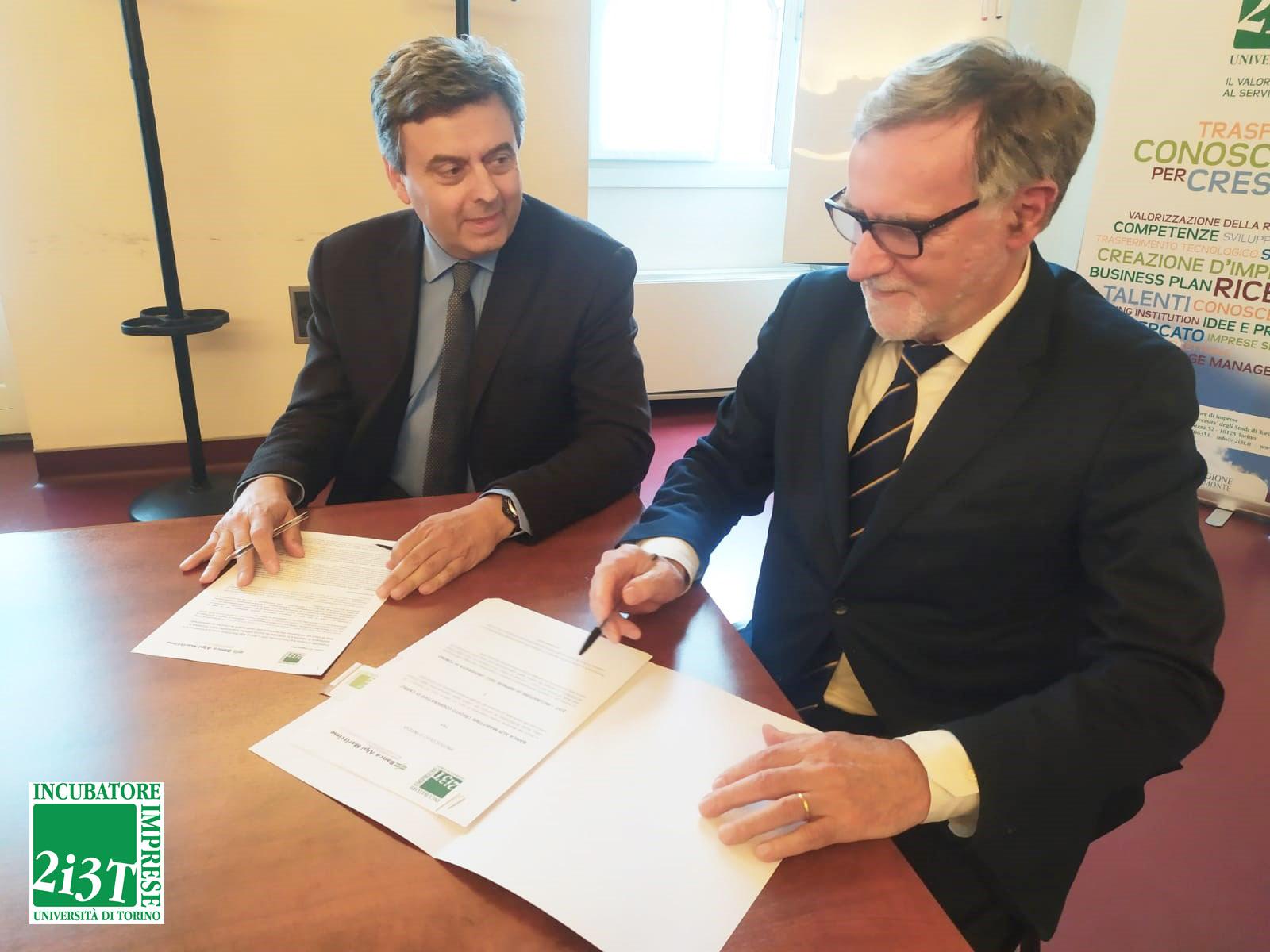 Il Presidente dell'Incubatore 2i3T Silvio Aime e il Presidente di Banca Alpi Marittime Giovanni Cappa firmano l'accordo .